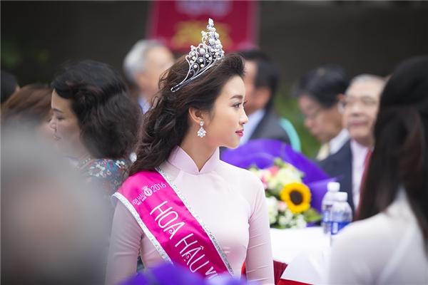 Đây là lần thứ 2 quay lại trường kể từ khi đăng quang ngôi Hoa hậu Việt Nam 2016 của Mỹ Linh - Tin sao Viet - Tin tuc sao Viet - Scandal sao Viet - Tin tuc cua Sao - Tin cua Sao