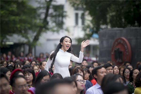 Thủy Tiên rất phấn khích vẫy tay chào các bạn - Tin sao Viet - Tin tuc sao Viet - Scandal sao Viet - Tin tuc cua Sao - Tin cua Sao