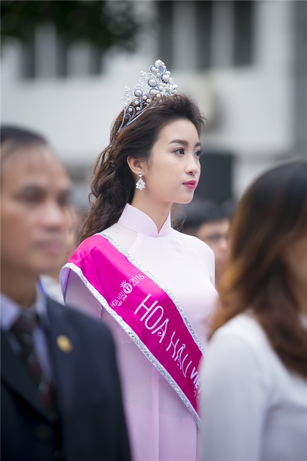 Hoa hậu nổi bật giữađám đông bởi vẻ đẹp thuần khiết và rất Việt Nam - Tin sao Viet - Tin tuc sao Viet - Scandal sao Viet - Tin tuc cua Sao - Tin cua Sao
