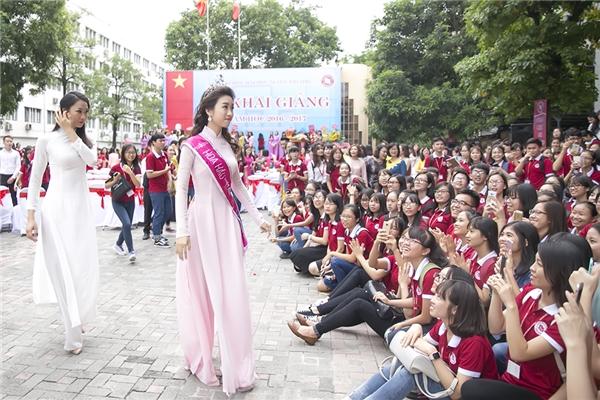 Tân Hoa hậubước tới trong sự chào đón nồng nhiệt của các bạn sinh viên - Tin sao Viet - Tin tuc sao Viet - Scandal sao Viet - Tin tuc cua Sao - Tin cua Sao