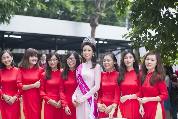 Chụp hình lưu niệm sau buổi khai trường - Tin sao Viet - Tin tuc sao Viet - Scandal sao Viet - Tin tuc cua Sao - Tin cua Sao