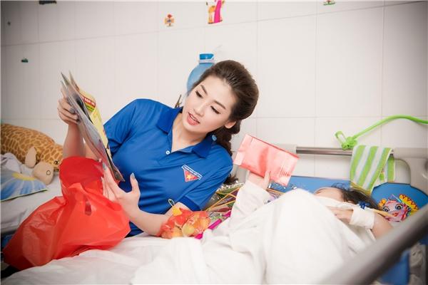 Sau buổi tiệc khai trương, 2 người đẹp đã di chuyển đến Bệnh viện hữu nghị Việt - Đức để thăm hỏi, trao quà trung thu và tham gia nhiều hoạt động vui chơi bổ ích, thú vị với các bệnh nhi nơi đây.