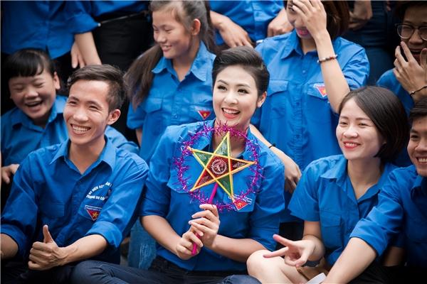 Dù khá bận rộn với lịch trình làm việc dày đặc nhưng Hoa hậu Việt Nam 2010 và Á hậu Việt Nam 2012 đều trông rất tươi tắn.