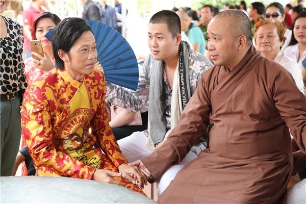 Hoài Linh ngồi nói chuyện cùng một sư thầy. Nam danh hài diện áo dài truyền thống được in hoạ tiết đặc biệt. - Tin sao Viet - Tin tuc sao Viet - Scandal sao Viet - Tin tuc cua Sao - Tin cua Sao