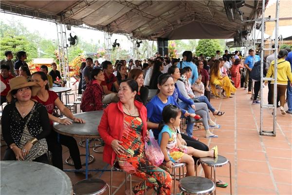 Khá đông người dân đã có mặt để tham gia nghi thức cúng Tổ nghề sân khấu. - Tin sao Viet - Tin tuc sao Viet - Scandal sao Viet - Tin tuc cua Sao - Tin cua Sao