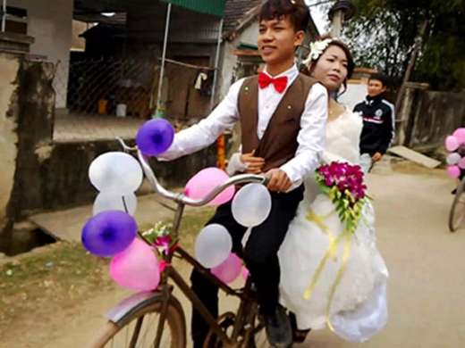 """Đám cưới trẻ trung """"không chê anh nghèo thì lên xe anh đèo"""" ởNam Đàn, Nghệ An."""