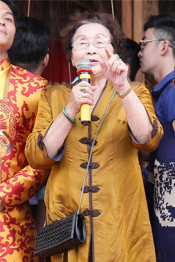 Mẹ của nghệ sĩ Hoài Linh chia sẻ cảm xúc đến các nghệ sĩ trong ngày mở cửa đền thờ Tổ nghiệp.Bà gửi lời cám ơn tới mọi người và cho biết số tiền xây dựng nhà thờ Tổ đều do sự quyên góp của khán giả chứ không phải là nam nghệ sĩ. - Tin sao Viet - Tin tuc sao Viet - Scandal sao Viet - Tin tuc cua Sao - Tin cua Sao