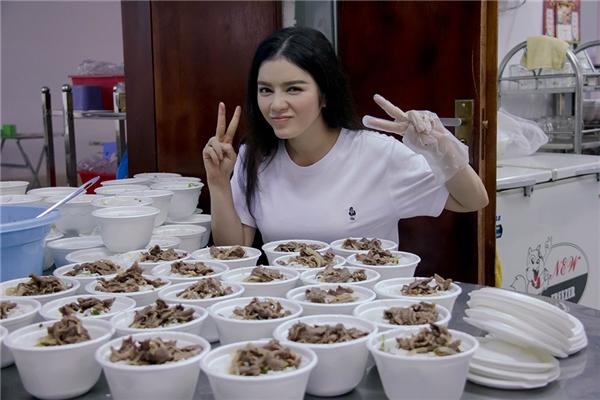 Tại đây, cô khiến nhiều người bất ngờ khi trổ tài nấu ăn bởi trước nay Lý Nhã Kỳ vô cùng bận rộn, ít dành thời gian để vào bếp. - Tin sao Viet - Tin tuc sao Viet - Scandal sao Viet - Tin tuc cua Sao - Tin cua Sao
