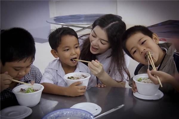 Lý Nhã Kỳ giản dị, chân chất đón trung thu cùng trẻ em nghèo - Tin sao Viet - Tin tuc sao Viet - Scandal sao Viet - Tin tuc cua Sao - Tin cua Sao
