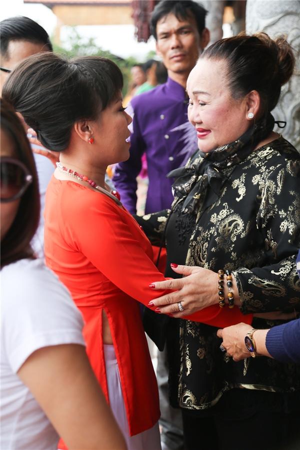NSND Ngọc Giàu cũng có mặt trong buổi lễ cúng Tổ sân khấu sáng nay. - Tin sao Viet - Tin tuc sao Viet - Scandal sao Viet - Tin tuc cua Sao - Tin cua Sao