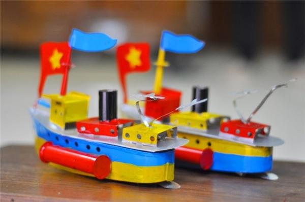 """Nhắc đến Trung thu Hà Nội thời xưa, không thể quên những chiếc tàu thủy làm bằng sắt tây, sơn xanh xanh đỏ đỏ cho """"em nhỏ nó mừng"""". Không chỉ để trưng bày hay cầm chơi mà chiếc tàu này còn phát ra tiếng """"bạch bạch"""" hệt như tàu thủy thật, làm trí tưởng tượng của trẻ em càng được thể bay xa hơn. (Ảnh: Internet)"""