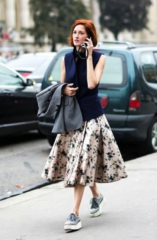 Màu sắc của giày cần hài hòa với bộ váy cũng như phụ kiện.