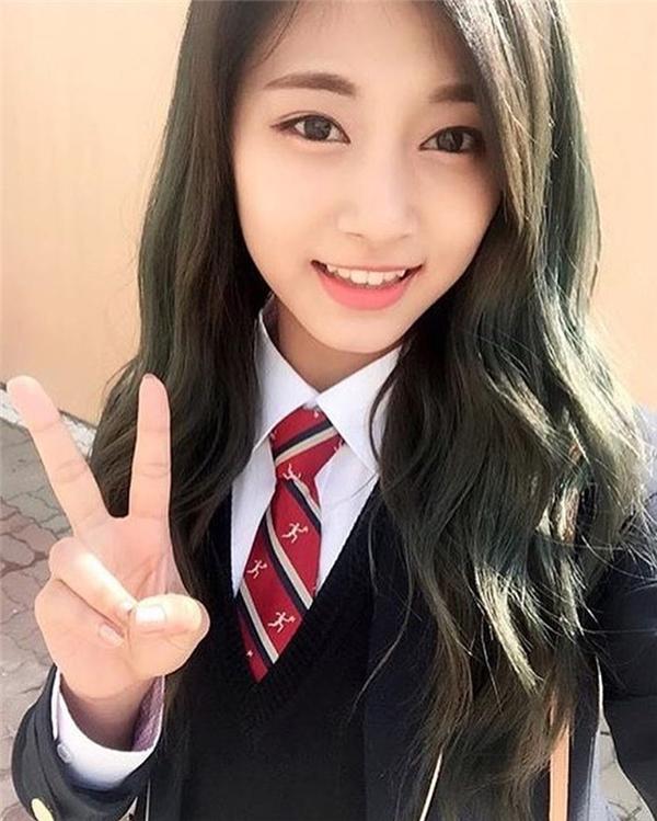 Tzuyu hiện đang theo học Trường Nghệ thuật Hanlim cùng một số thành viên khác trong nhóm.
