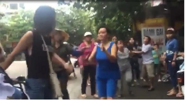 Khi người dân can ngăn, các nữ sinh này vẫn lao vào đánh nhau. Ảnh: Internet
