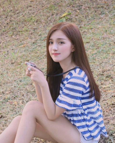 Sở hữuđôi mắt to tròn long lanh và chiếc cằm V-line đúng chuẩn, không ítngười lầm tưởng Mỹ Uyên là hot girl Hàn Quốc.