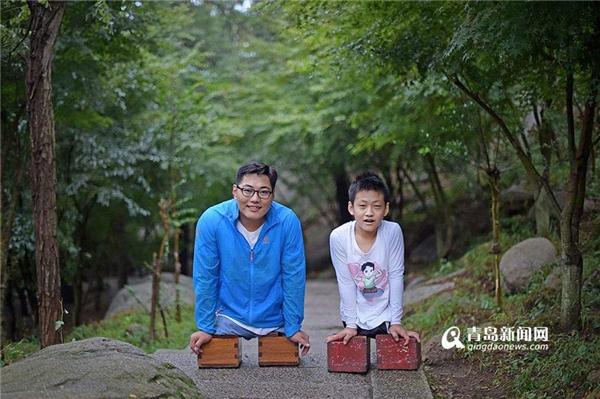 Chen và Xiaoyu có mặt tại khu thắng cảnh Thanh Đảo để bắt đầu thử thách.