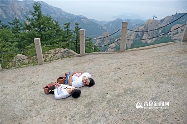 Cứ mỗi chục mét, Chen và Xiaoyu phải ngừng lại nghỉ ngơi.