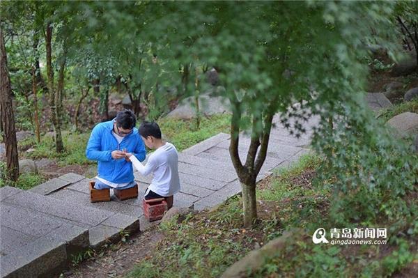 Khi lên đến độ cao 750 mét, tay Xiaoyu bắt đầu bị sưng phồng.