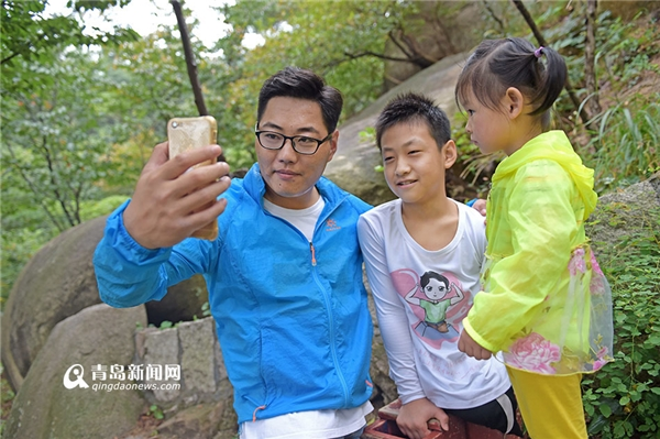 Trong lúc nghỉ ngơi, họ chup hình với em gái Xiaoyu.