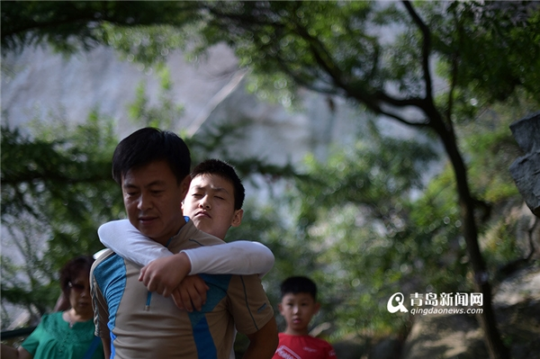 Thế nhưng đến độ cao 900 mét, Xiaoyuđãhoàn toàn bịkiệt sức và phải xuống núi.