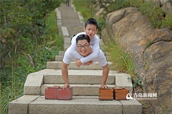 Trước khi bắt đầu chinh phục ngọn núi, cả hai không quên chụp ảnh kỉ niệm.