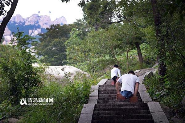 Cả hai bắt đầu leo từng bậc, từng bậc chinh phục đỉnh núi.