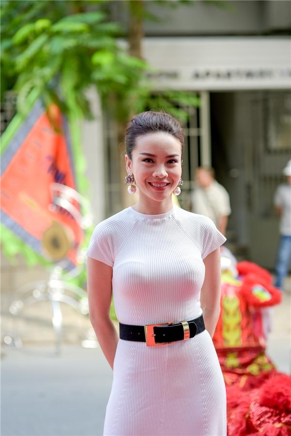 """Một """"mảnh ghép"""" Mây Trắng khác cũng có mặt tại sự kiện sáng qua là Yến Trang. Nữ ca sĩdiện váy trắng thanh lịch khoe vóc dáng gợi cảm, quyến rũ."""