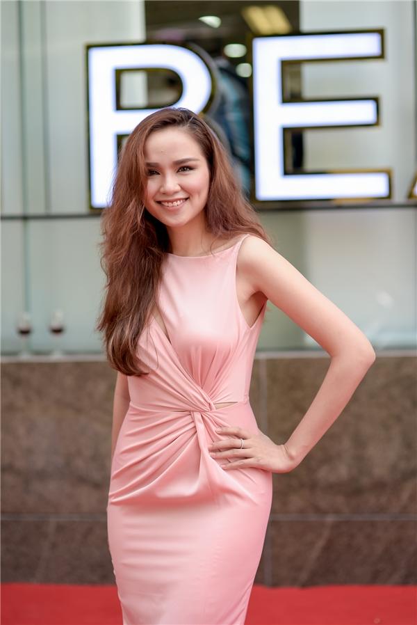 Hoa hậu Diễm Hương rạng rỡ tới chung vui cùng người bạn thân.