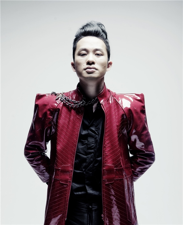 Trong khi đó, lần đầu góp mặt trong Lễ hội gió mùa, ca sĩ Tùng Dương sẽ thể hiện những tác phẩm trong dự án mới Rễ câyđược làm cùng với nhạc sĩ trẻ Sa Huỳnh.