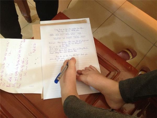 Thắm cùng mẹ đến trường ĐH Hồng Đức làm hồ sơ xét tuyển và làm đơn xin đặc cách theo hướng dẫn của nhà trường. Ảnh: Báo Thanh Hóa
