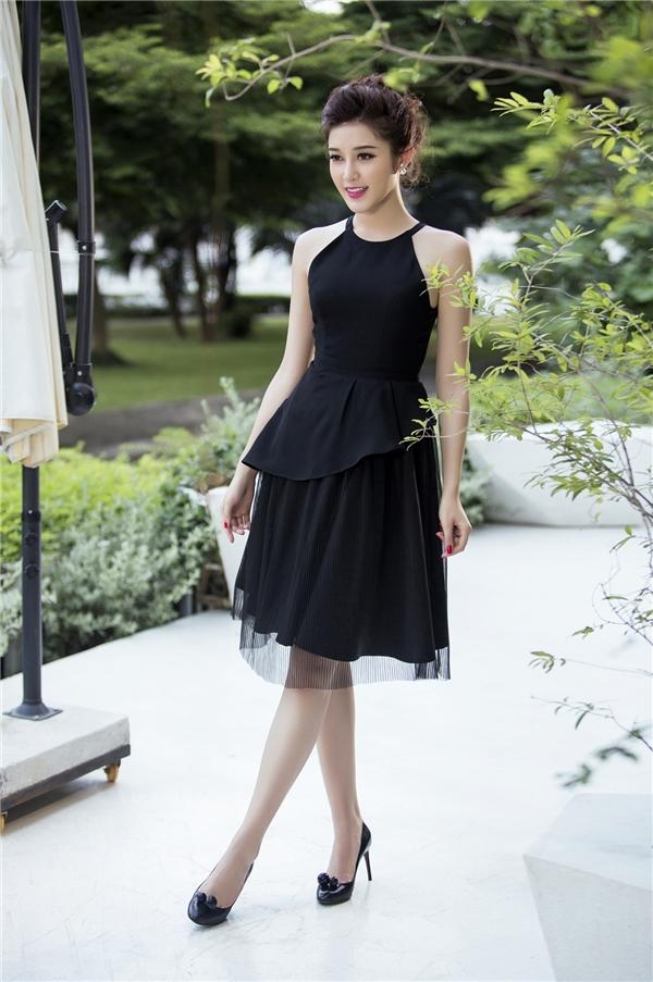 Mặc đẹp yêu kiều với sắc đen như Á hậu Huyền My