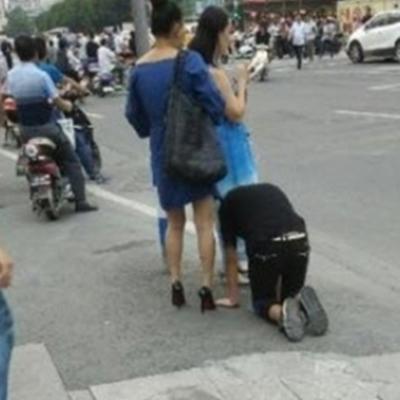 Cô gái hồn nhiên tròng cổ bạn trai kéo lê trên đường phố