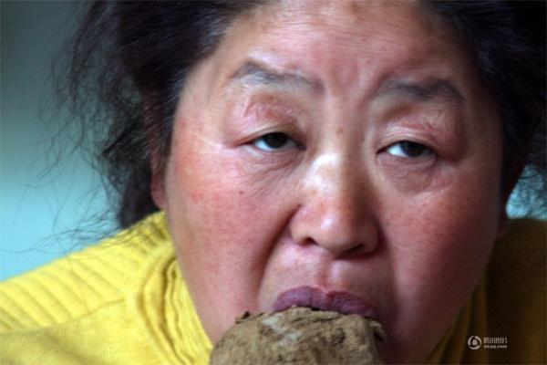 Người phụ nữ nàydùng đất là món ăn hàng ngày suốt 6 năm qua
