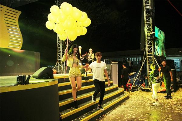 Sau khi hoàn thành xong ca khúc cuối cùng, Đông Nhi nhận được món quà bất ngờ từ fanclub Cần Thơ dành tặng. Các fan không ngần ngại tiến lên sân khấu đưa thần tượng xuống khu vực khán giả và cùng thả bong bóng ý nghĩa lên trời cao. - Tin sao Viet - Tin tuc sao Viet - Scandal sao Viet - Tin tuc cua Sao - Tin cua Sao