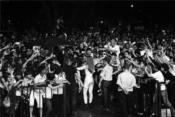 Hơn 8 năm ca hát, bạn gái Ông Cao Thắng luôn chia sẻ niềm tự hào về một fanclub hùng mạnh trên khắp cả nước. Cộng đồng fan của cô luôn biết cách khiến thần tượng bất ngờ khi xuất hiện tại những chương trình ca nhạc khác nhau. - Tin sao Viet - Tin tuc sao Viet - Scandal sao Viet - Tin tuc cua Sao - Tin cua Sao