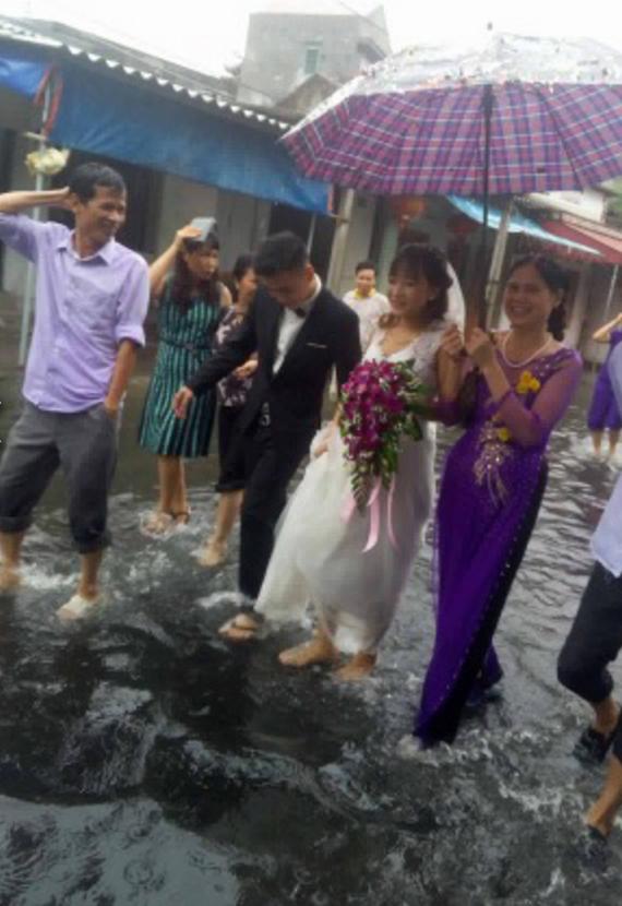 1001 cảnh đón dâu siêu hài hước trong những đám cưới mùa bão