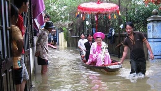 Cô dâu chú rể được người dân kéo thuyền vượt nước.(Ảnh: Internet)