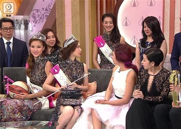 Mẹ của tân Hoa hậu nhanh chóng nhận được sự chú ý rất lớn từ dư luận.