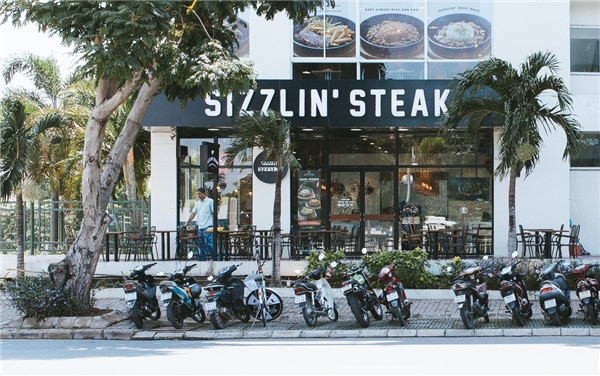 Chi nhánh hai của thương hiệu Sizzlin' Steak tại khu đô thị Phú Mỹ Hưng, 129 Nguyễn Đức Cảnh, quận 7.