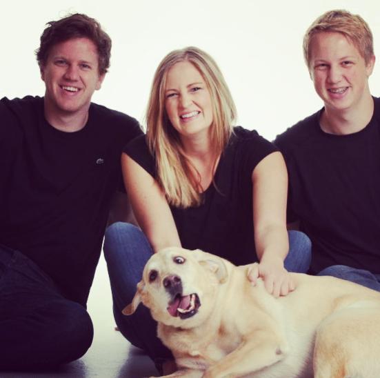 Sự góp mặt cùng biểu cảmkhó đỡ của chú chó khiến bức ảnh gia đìnhbạn đầy đủ vàtự nhiênhơn.