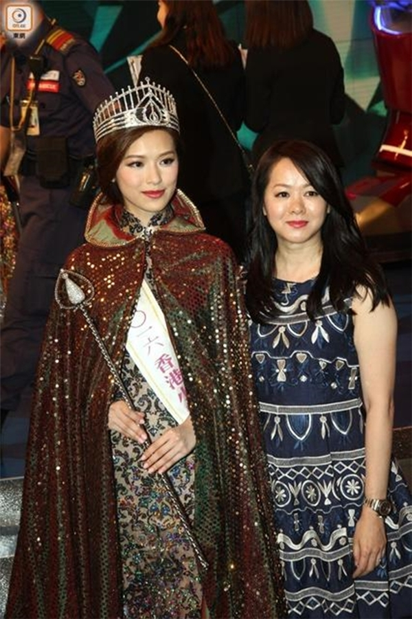 Bà Phùng không chỉ xinh đẹp mà còn rất trẻ trung.