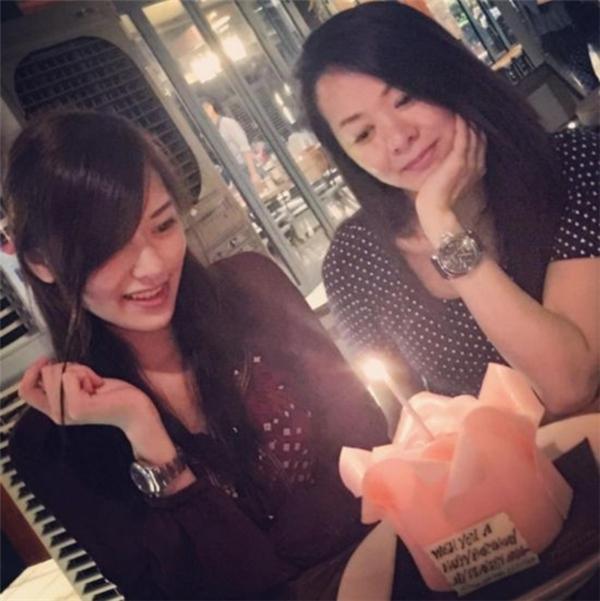 Hình ảnh đời thường của 2 mẹ con tân Hoa hậu Hong Kong 2016.