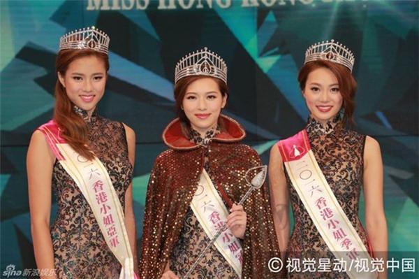 Phùng Doanh Doanh bên cạnh Á hậu 1 (bên trái) và Á hậu 2 của cuộc thi.