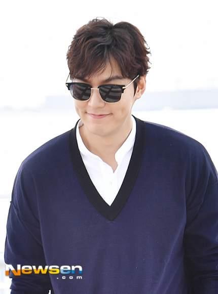 Dù bị các fan vây kín nhưng Lee Min Ho vẫn nở nụ cười trên môi