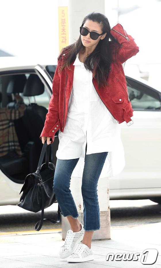 """Không hẹn mà gặp, Suzy """"đụng độ"""" đàn chị Jun  Ji Hyun tại sân bay"""
