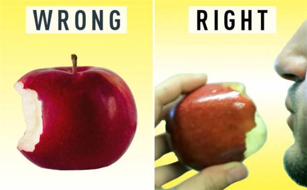 """Ăn táo cũng cần có trình tự nhất định, không phải cho hết vào mồm nhai là đúng mà bạn phải """"tấn công"""" hết phần vỏ rồi mới tiến đến phần ruột."""