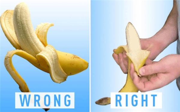 Ăn chuối vốn không đơn giản như bạn nghĩ, thay vì bóc mỗi lần một lớp vỏ, bạn chỉcầntách chúng thành hai phần thế này làxơi được ruột chuối rồi.