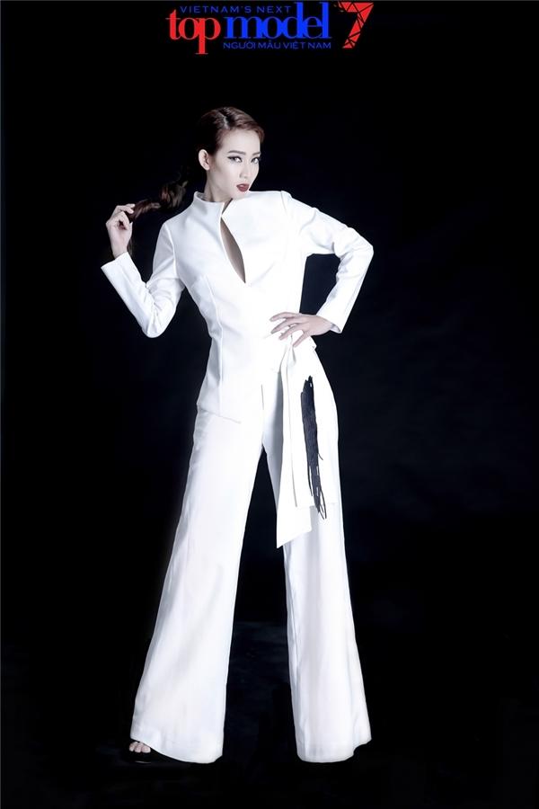 Nữ người mẫu diện quần âu ống loe kết hợp với chiếc áo được cách điệu táo bạo bởi phần xẻ ngực sâu, cấu trúc bất đối xứng hiện đại. Với mái tóc dài,Kim Nhã trông càng lạ mắt hơn.