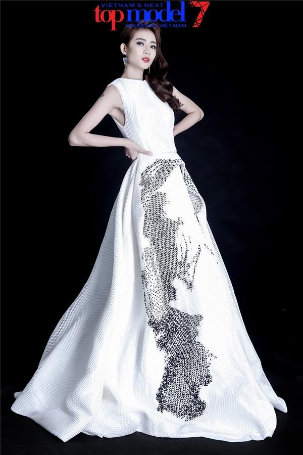 Diện phom váy xòe cổ điển với nền trắng, họa tiết sắc đen tương phản, Kim Nhã thể hiện sự quyền lực, mạnh mẽ xuất phát từ bên trong vẻ điệu đà, thanh tú.