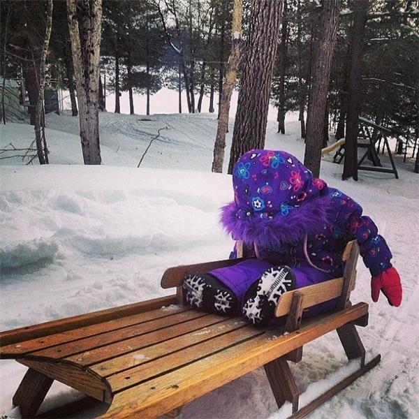 Cục pin năng lượng của con đã cạn kiệt sau nhiều giờ chạy nhảy trên tuyết rồi. Con phải chợp mắt chút xíu để nạp đầy năng lượng cái đã.